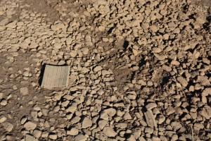 Vägen till ravinen är rödbrun av järnvägsmakadam och mängder av gummiplattor sticker upp. Foto: Berit Önell