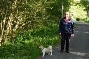 Ingvar Esbjörnsson tycker inte alls om planerna på att bebygga området där han brukar gå varje kväll med hunden Sigge. Foto: Berit Önell