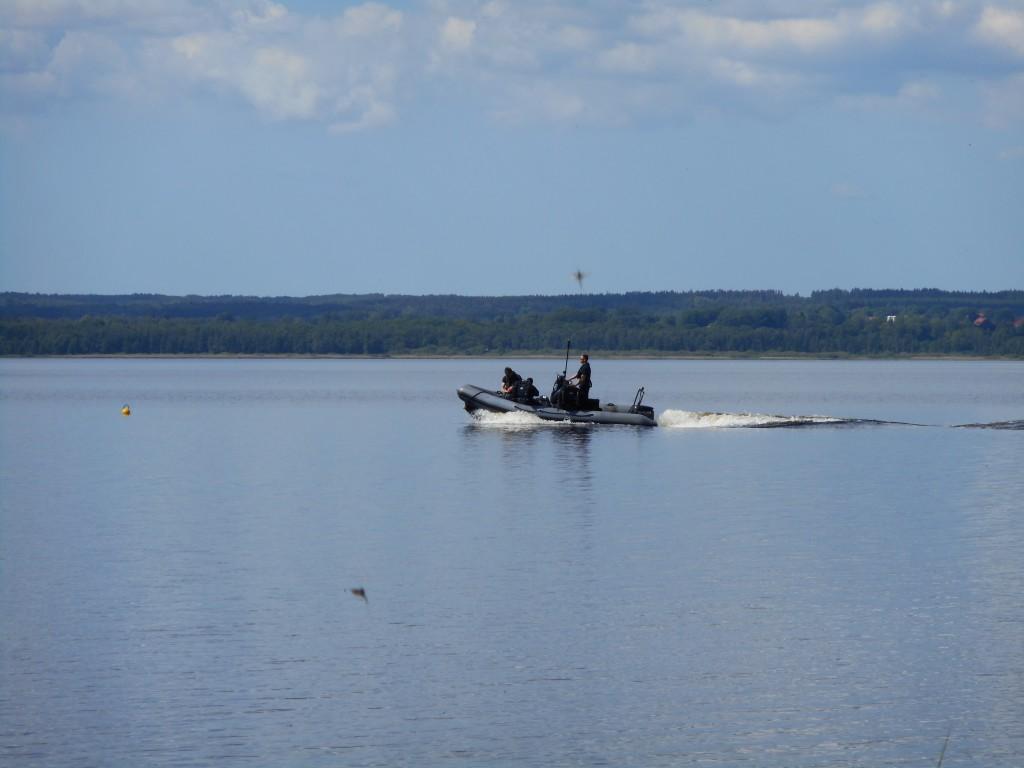 Flottans röjdykare har från gummibåt undersökt Finjasjöns bottensediment.