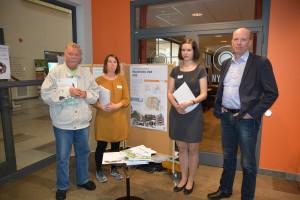 Hans-Göran Hansson (MP), till vänster diskuterade förslaget till fördjupad översiktsplan med allmänheten tillsammans med planarkitekterna Johanna Karlsson och Lisa Hofer samt kommunalrådet Mats Sturesson.
