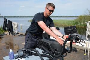 Marcus Sjöberg och de andra dykarna avslutade på lördagseftermiddagen insatsen i Finjasjön med att ta hand om utrustningen.