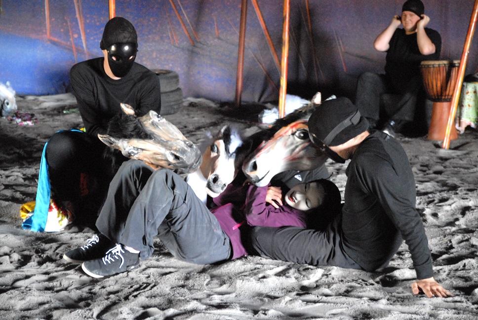 Masker, dockor och hästar spelar en viktig roll i pjäsen Människohästar på Hovdala. Projektets ekonomiska förlust kan nu bli HIF Klintens fall. Foto: Urban Önell