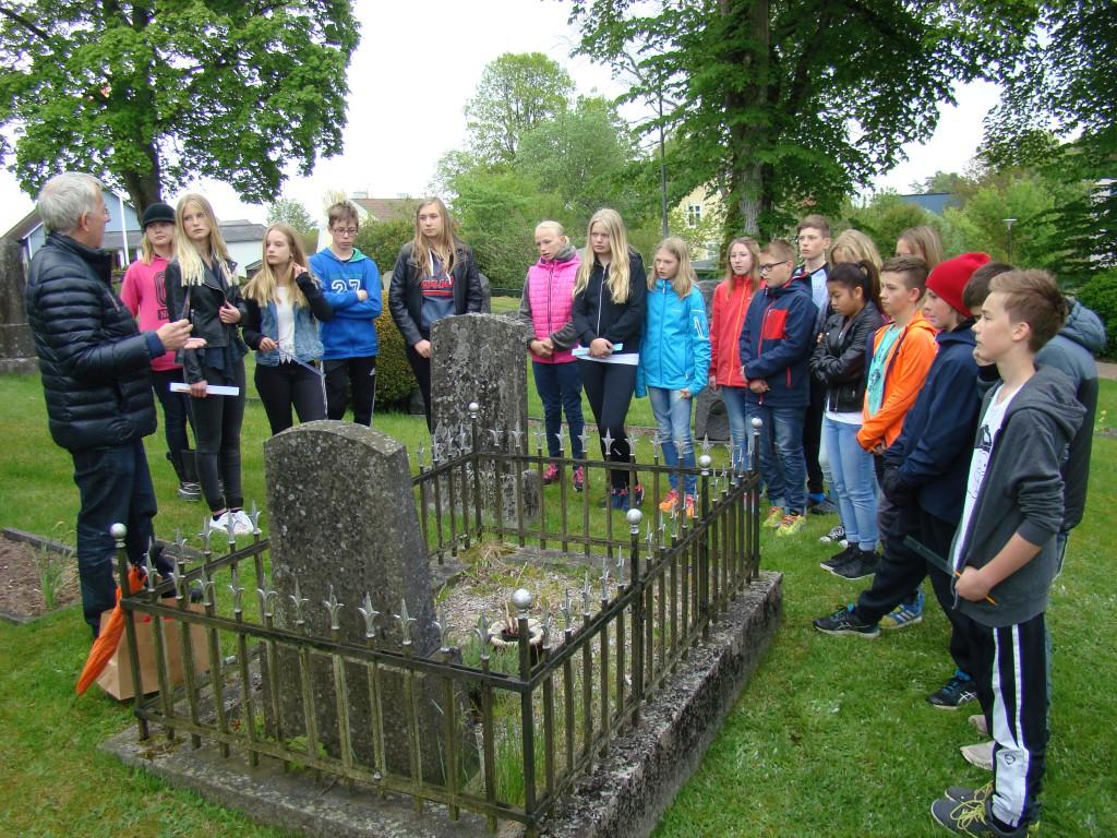 Vid årets utdelning av premier till elever på Vittsjö skola var donatorn Theodor Stephens mors gravplats full av ogräs.  Efter ceremonin rensade eleverna bort ogräset. Foto: Ebbe Persson