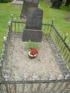 Theodor Stephens mors gravplats rensades från ogräs av elever från Vittsjö skola och har fått ny singel sedan Vittsjö-Verums pastorat tog över skötseln från kommunen.