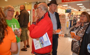Kommunalråden Lena Wallentheim (S) och Mats Sturesson (C) fick svara på många frågor om fibersatsningen i Gallerian på fredagen. Foto: Berit Önell