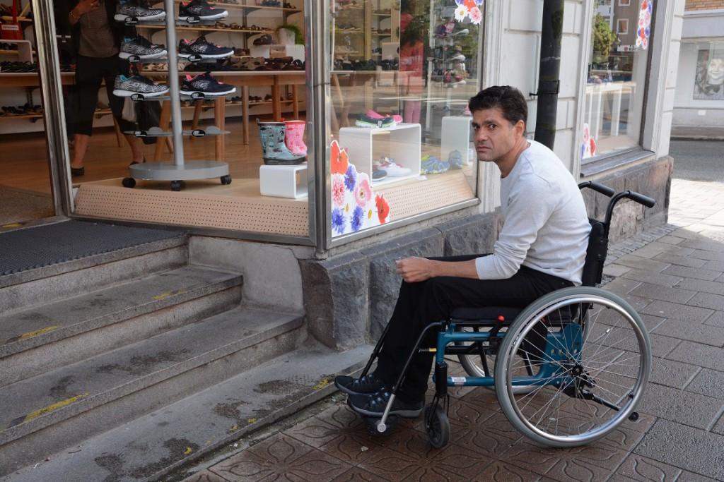 Rullstolsburne Ziad Kilani är inte helt nöjd med tillgängligheten i Hässleholms centrum. Han tar sig inte in i affärer med flera trappsteg i entrén. -Min fru kan hjälpa mig om det bara är ett steg, annars blir det för tungt för henne. Foto: Berit Önell