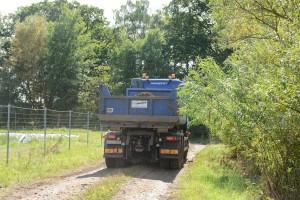 Lastbil efter lastbil med förorenad järnvägsmakadam lämnade i slutet på augusti området bakom reningsverket.