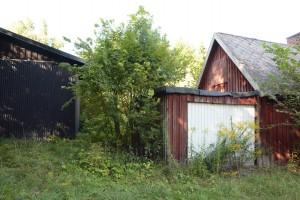 Husen är förfallna. Ett av dem ska rivas och de andra byggas om för skolans behov.