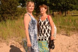 Annette Nordgren och Irene Holmqvist var nöjda med att bada benen. Foto: Berit Önell