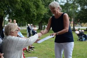 Helena Karlsson från Kafé Verumsgården samlade in namn för att bevara musikpaviljongen. Foto: Berit Önell