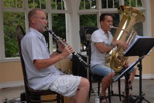 Low Budget Big Band, det vill säga Lars Ward på klarinett och Torgny Storm på tuba, underhöll i musikpaviljongen. Foto: Urban Önell