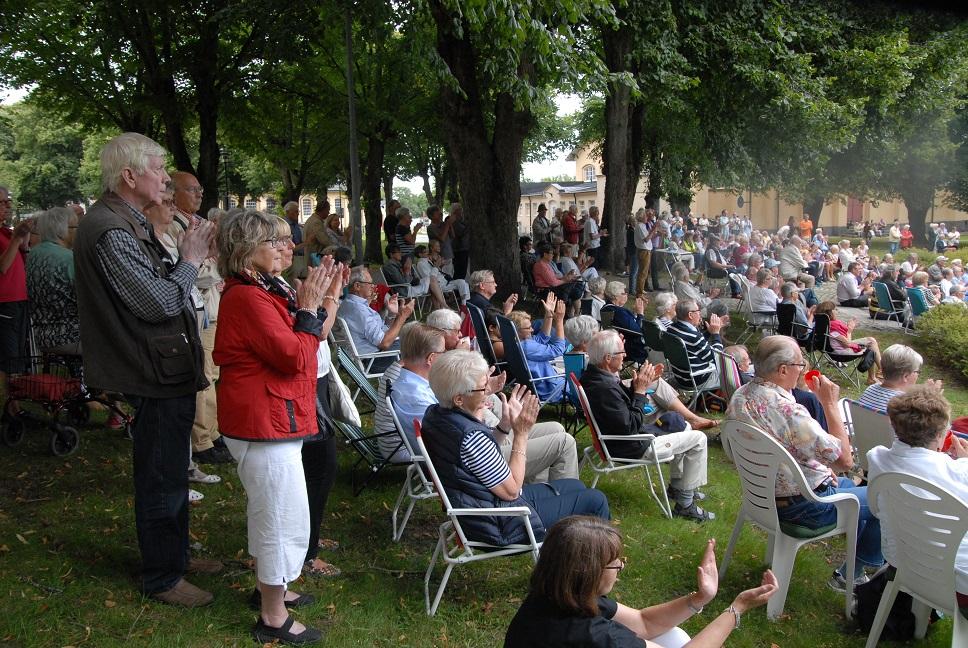 Närmare 500 personer samlades i Officersparken på söndagseftermiddagen. Foto: Urban Önell