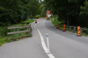 Bron är så smal att gång- och cykeltrafikanter får trängas med biltrafiken, trots att de fått en egen fil.