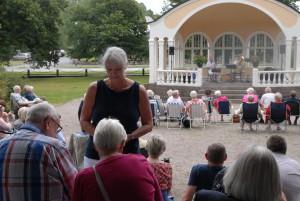 Helena Karlsson fick många namnunderskrifter för paviljongens bevarande vid söndagens konsert. Foto: Urban Önell