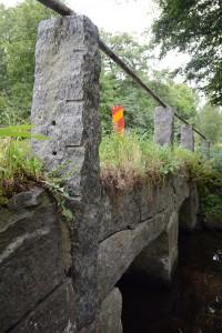 De gamla stenpelarna lutar utåt. Nu ska kommunen ta reda på varför det blivit så här.