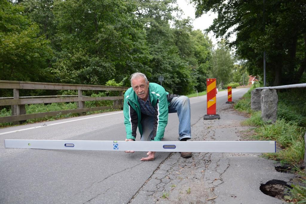 Christer Karlsson konstaterar att lutningen på bron långsamt ökat. Foto: Berit Önell