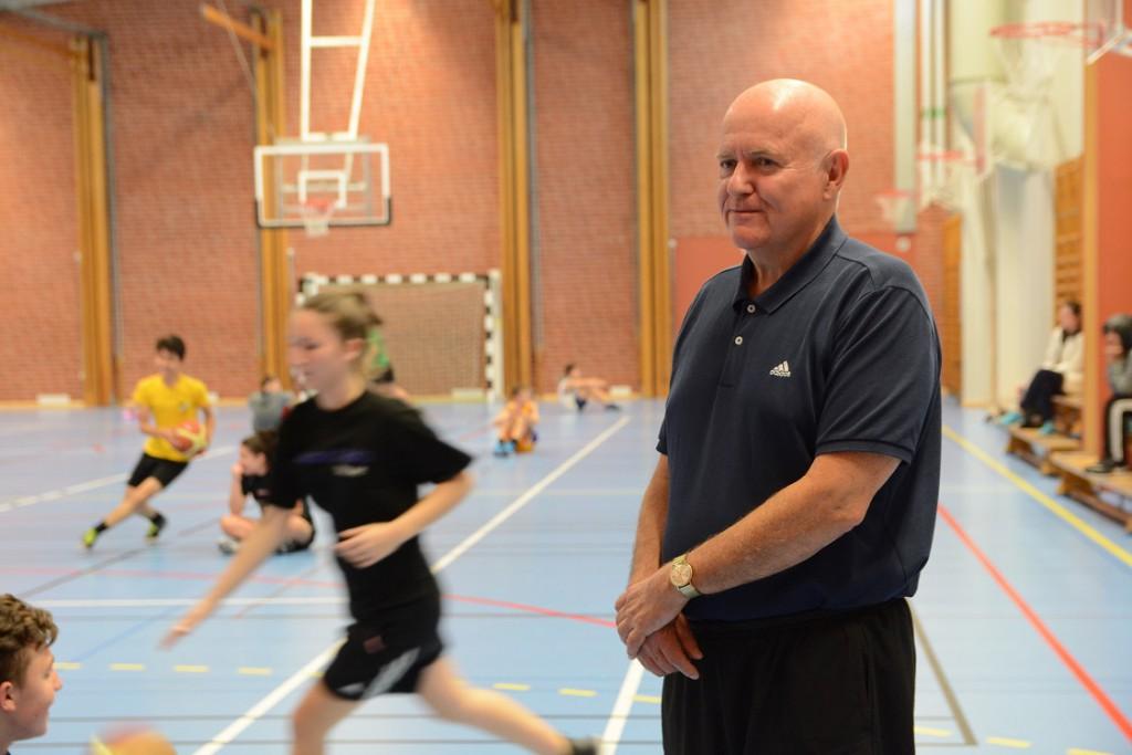 Basketprofilen Sven trivs bland ungdomarna. På fredagen tränade två av HIF:s grupper gemensamt i Västerskolans idrottshall. Foto: Berit Önell