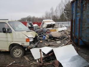 Skrotade bilar, bildelar och olika miljöfarliga vätskor förvaras i oordning och utan skydd för väder och vind. Foto: Miljökontoret