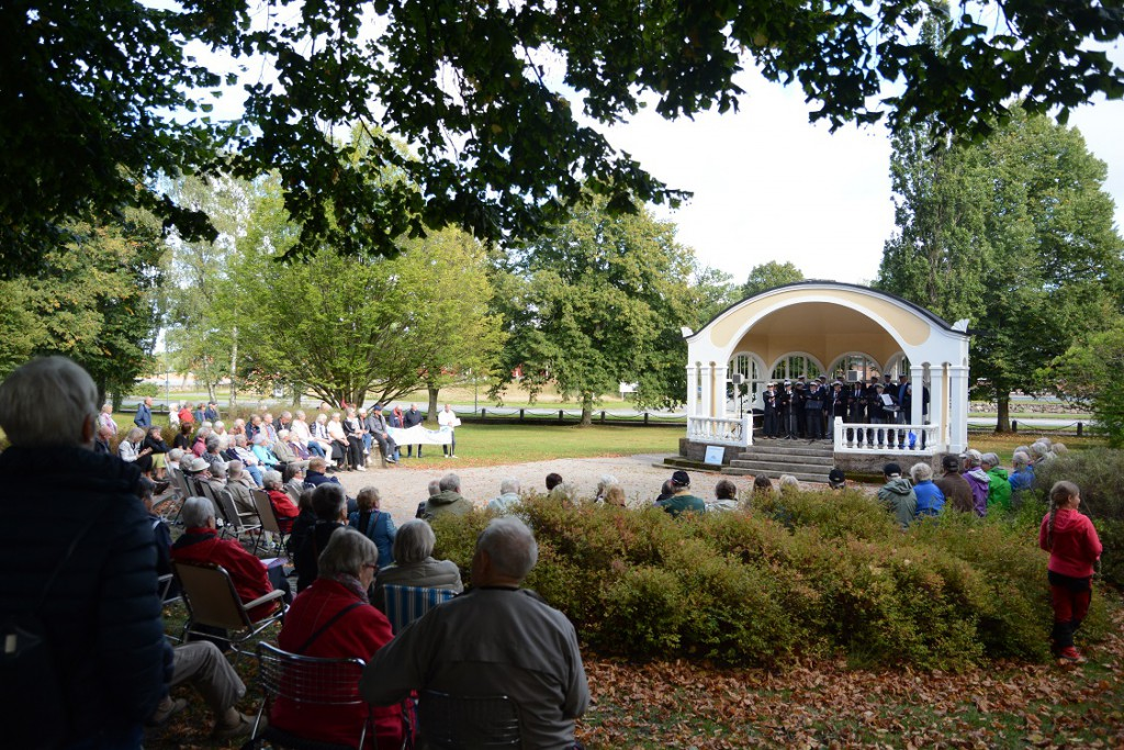 Många slöt upp för att lyssna på Bjärnums Manskör och visa sitt stöd för paviljongens och Officersparkens bevarande. Foto: Berit Önell