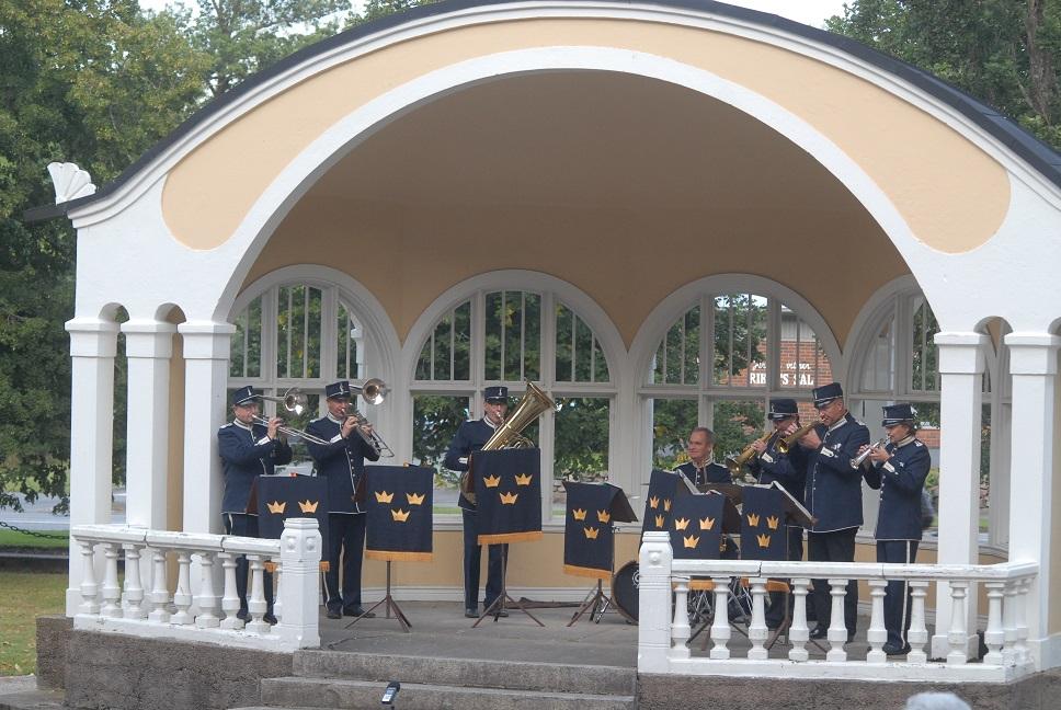 Brunnssextetten spelade i musikpaviljongen i tidsenliga uniformer. Foto: Urban Önell