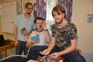Ledaren Martin Andersson, till höger, sorterar kort tillsammans med Martin Nilsson och Hannes Sandberg på Luckan. Foto: Berit Önell