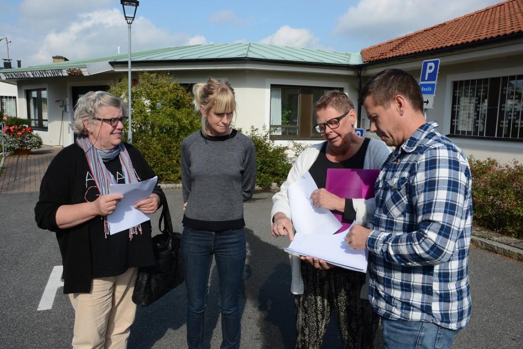 Fanny Ekenstierna, till vänster, överlämnade, tillsammans med Christina Bonde. namnlistorna från Tyringe till Stina Janzon och Stefan Nilsson på kommunens tekniska avdelning. Foto: Berit Önell