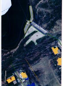 Kartan visar vilka områden kommunen nu sökt dispens från strandskyddet för, men en brygga syns också vid udden.