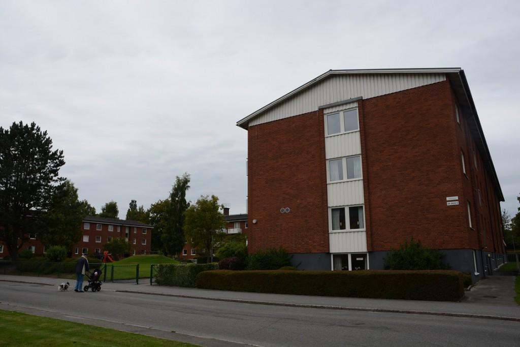 Varmvattnet är inte tillräckligt varmt i Hässlehems lägenheter på Stenbocksgatan 24,26 och 28 i Tyringe. Nu kräver miljökontoret åtgärder, annars blir det vite på 300 000 kronor. Åtalsanmälan har redan gjorts. Foto: Berit Önell