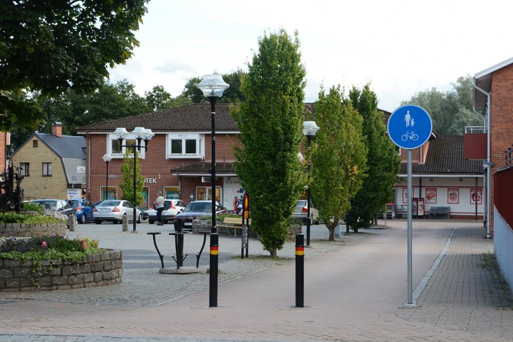 Här utanför Handelsbanken är det numera gång- och cykelväg och avstängt för biltrafik.