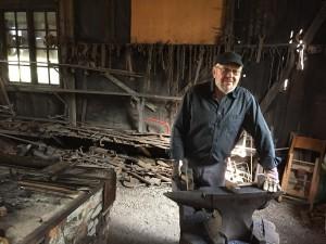 Lars Persson, ordförande i Vinslövs hembygdsförening, var en av smederna som visade hur hantverket ska gå till.