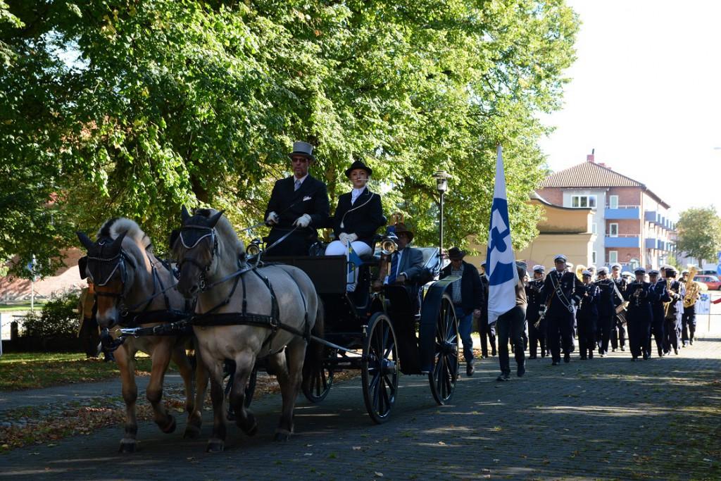 Stadsmusikkåren marscherade in på T4-området med hästdragen vagn och fanbärare i täten. Foto: Berit Önell
