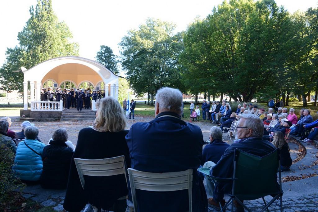 Många hässleholmare har kunnat lyssna på musik i den kulturhistoriska miljön i Officersparken den senaste tiden.