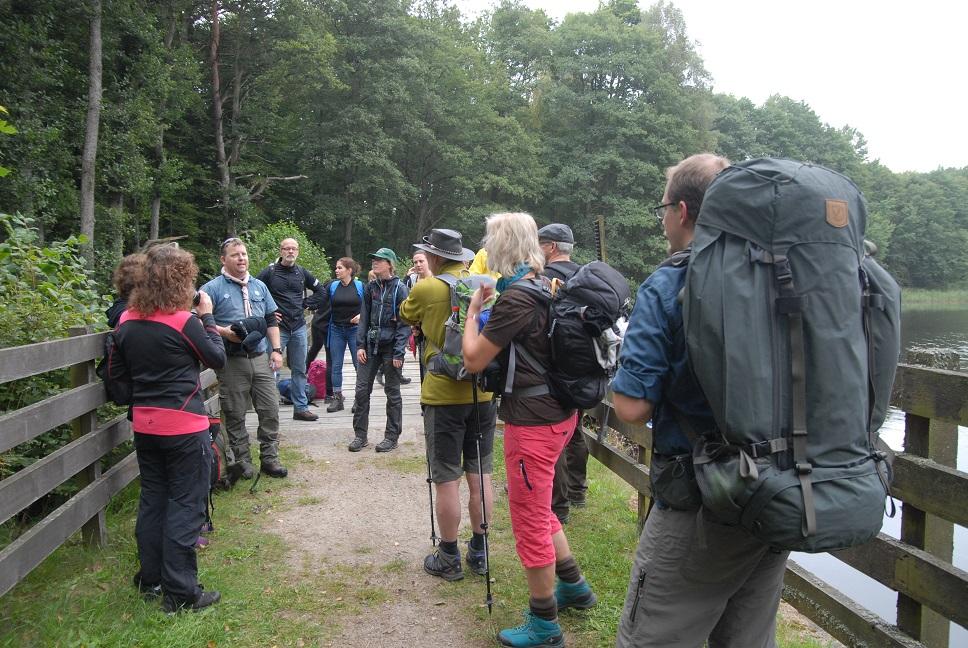 Daniel Berglund från Tyringe scoutkår låter sina vandrare få en välbehövlig paus vid Hammarmölle damm.