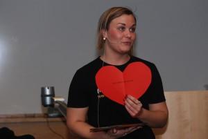 Jessika Arvik från organisationen Maskrosbarn, som stöttar barn i dysfunktionella familjer, delade ut hjärtan till alla i publiken.