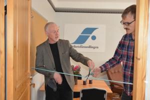 Initiativtagarna Lars Noväng, till vänster, och John Huntington invigde Frihetsförmedlingen i Hässleholm. Foto: Berit Önell