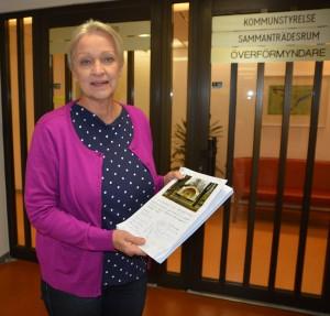 Helena Karlsson lämnade in fler namnlistor till kommunledningen på torsdagen. Foto: Berit Önell