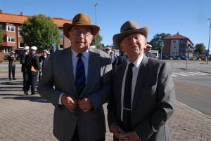 Leif Henningsson, till vänster, och Evert Storm finns under lördagen åter på torget med vykort och namnlistor för musikpaviljongens bevarande. Foto: Urban önell