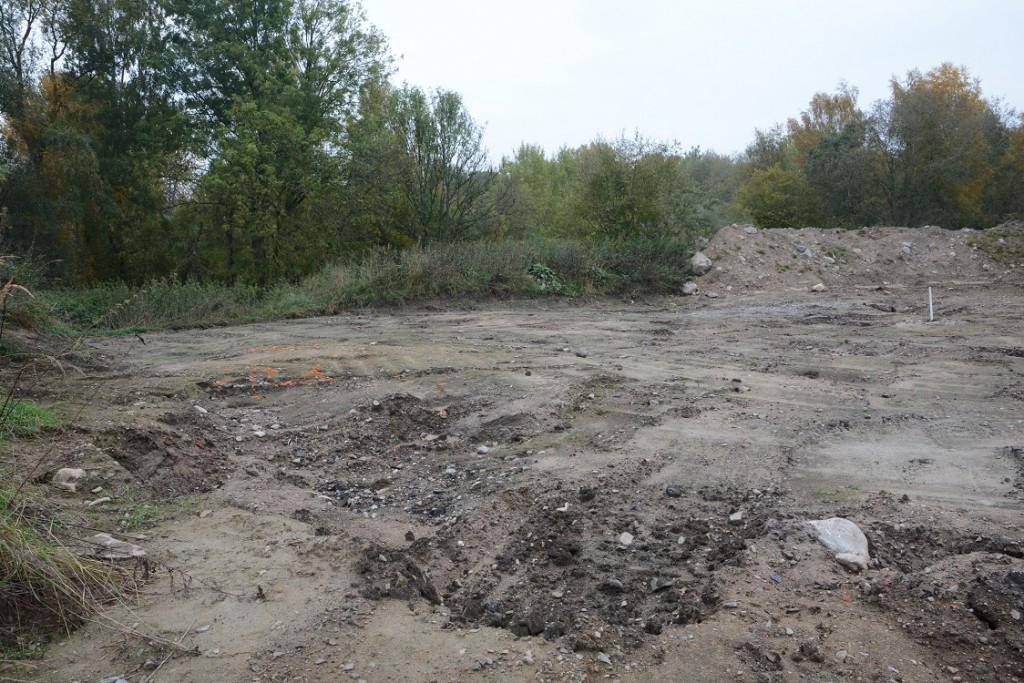 Provröret för kontroll av grundvattnet sitter märkligt nog uppströms platsen där upplaget fanns. Eventuella föroreningar lär snarare följa med vattnet nedströms.