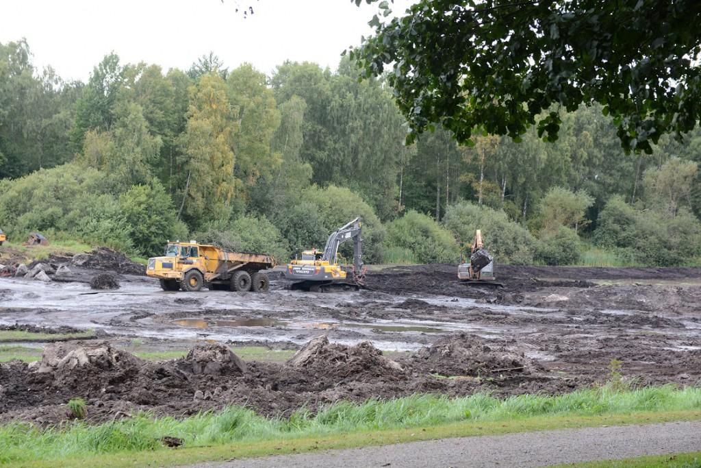 Det har tagit längre tid än beräknat att gräva upp bottensediment ur Vinslövssjön. Foto: Berit Önell