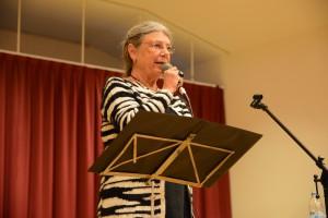 Författaren Karin Brunk Holmqvist medverkade vid anhörigdagen och läste valda delar ur några av sina humoristiska böcker.