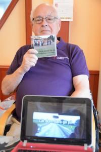 Lars Olsson, vice ordförande i Anhörigföreningen i Hässleholm, visar stolt upp filmen och dvd:n från Hässleholm som blev avstamp för anhörigupproret i hela landet. Foto: Berit Önell