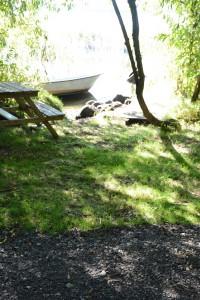 Vandringsleden som förstärkts med krossad asfalt går på sina ställen bara ett par meter från sjön. Foto: Berit Önell