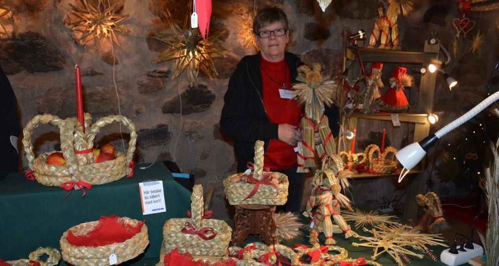 Brita Persson från Björkeberga visade och sålde halmslöjd med stor variation.