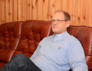 Regissören Stefan Fridlund håller ögonen på skådespelarna.