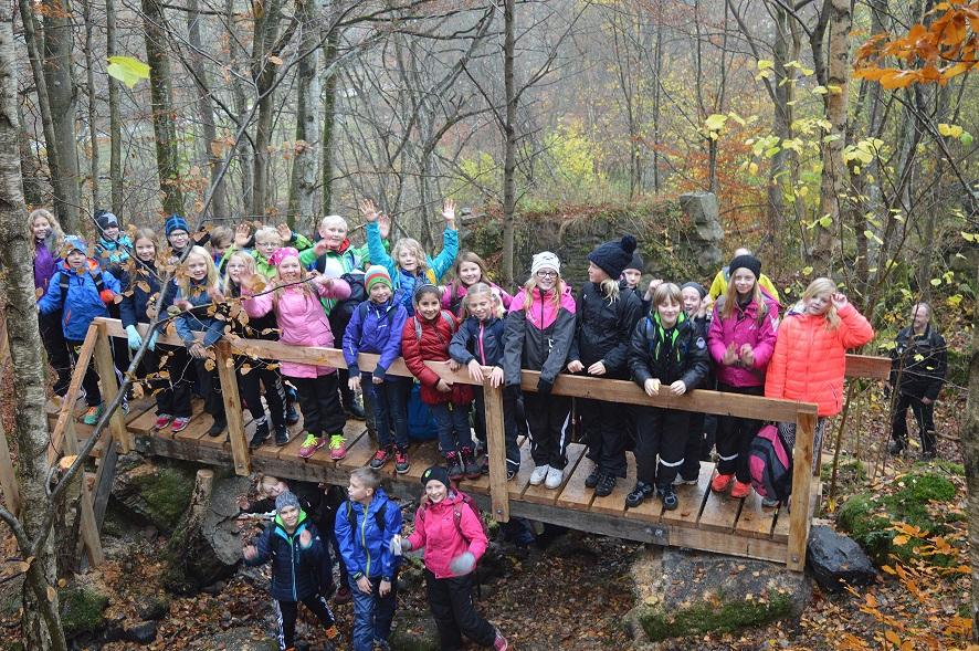 Eleverna var först på den nya utsiktsbron som fick klart godkänt av dem. Foto: Thomas Lindahl