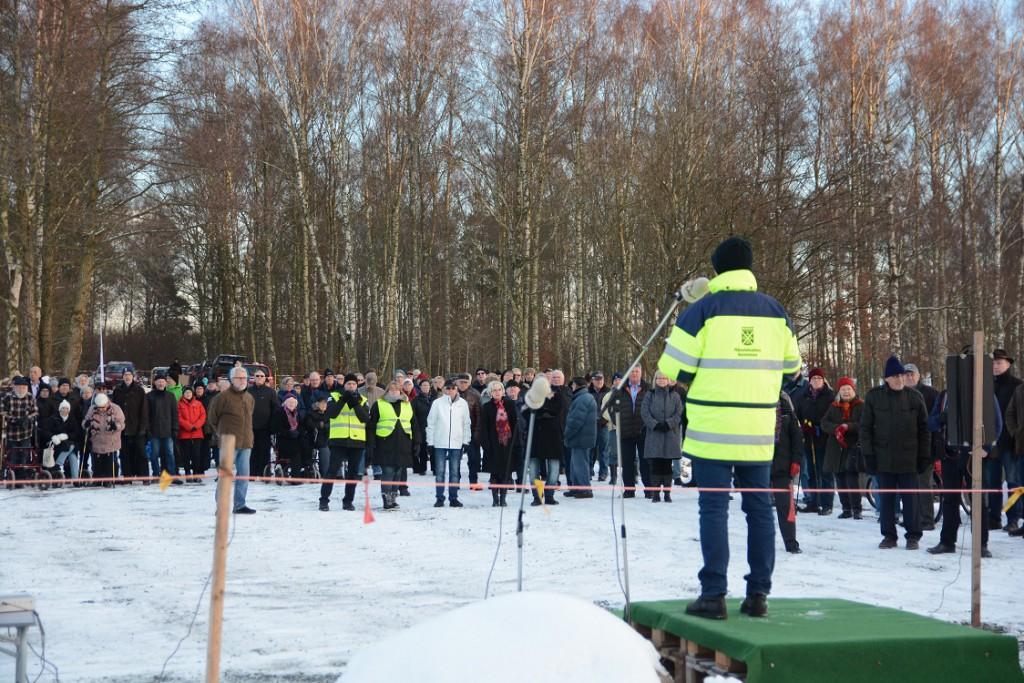 Många Vinslövsbor kom till återinvigningen av Vinslövssjön där bland andra kommunens projektledare Per Nilsson talade.