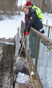 Landshövding Margareta Pålsson återinvigde den restaurerade Vinslövssjön genom att öppna dammluckan till den nya fiskvägen. Foto: Berit Önell