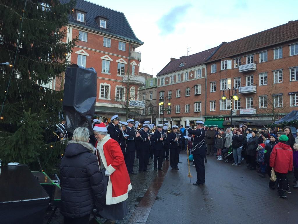 Trots hotande oväder blev julskyltningen på Stortorget lyckad med tomte, musik, marknadsstånd med mera. Foto: Berit Önell