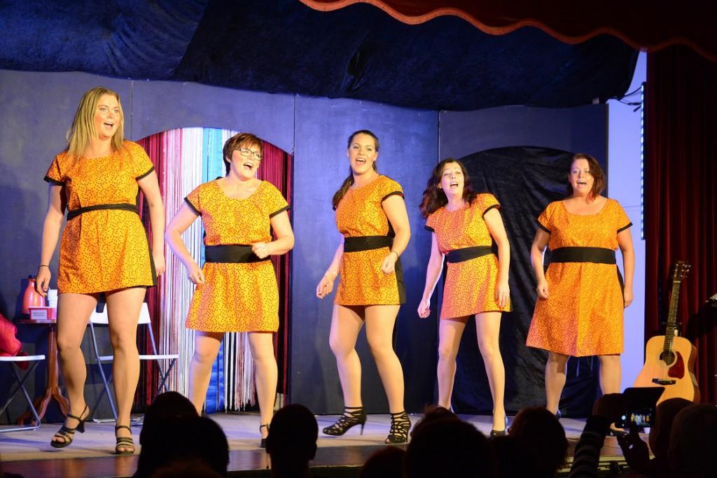Finjarevyn innehöll mycket sång och musik.