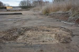 Här grävs jord bort både bakom bäddarna och där asfalten är trasig. Någon provtagning är inte aktuell, enligt Hässleholms vatten.
